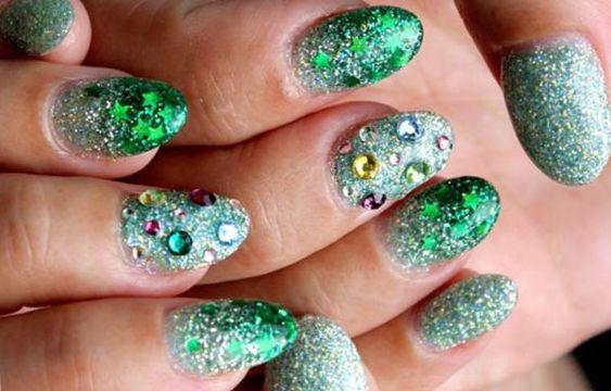 Diseños de uñas a la moda actual, diseño de uñas a la moda con piedras.   #decoraciondeuñas #nailsCLUB #uñasbonitas