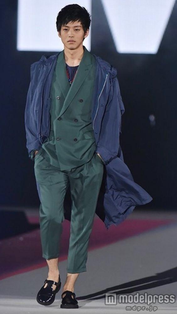 緑色のスーツの松坂桃李