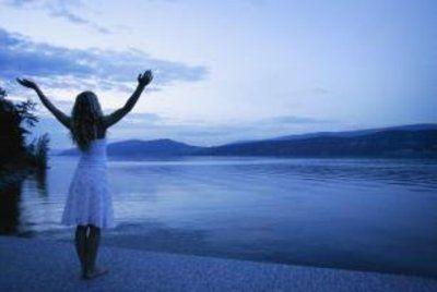 *Ducha reiki:  purificamos y reactivamos el cuerpo energético.  1- Cierra tus ojos, levanta las manos con los brazos abiertos. Imagina y siente que  las vibraciones de Reiki del Universo están cayendo sobre ti, como si te ducharas.  2- Cuando notes la conexión, baja las manos enfrente del cuerpo con las palmas mirando hacia tu cuerpo y empieza a deslizar lentamente hacia abajo las manos. La ducha de Reiki está cayendo sobre ti y toda la energía innecesaria será expulsada a través de tus pies