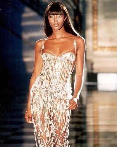 FIFTY & FABULOUS: Naomi Campbell blaast vandaag 50 kaarsjes uit