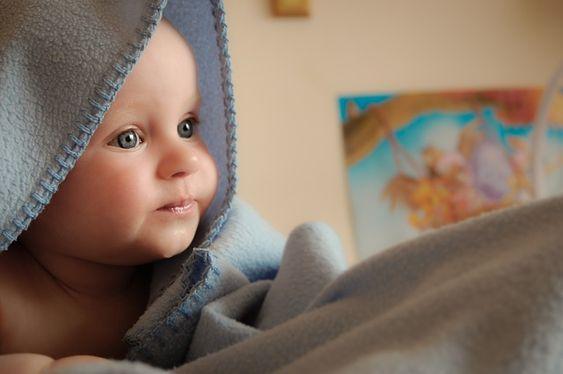 Consejos de seguridad que se deben seguir con un recién nacido - http://www.somosmamas.com.ar/bebes/consejos-seguridad-se-deben-seguir-recien-nacidos/ Un bebé recién nacido no amerita excesivas atenciones a la seguridad de la casa porque aún no se mueve mucho y la mayor parte del tiempo va a depender de los cuidados de los padres. Por eso, aún no es necesario colocar aparatos de seguridad en las gavetas o en las escaleras, ya quefalta para que... Somos mamas
