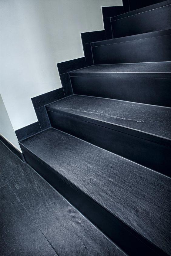 Klare Linien, die dem Raum Struktur geben. Treppengestaltung mit hochwertigen Stufen aus Schiefer von Rathscheck Schiefer