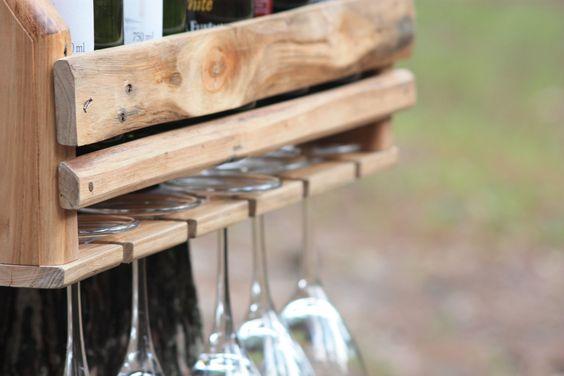 Suporte para vinhos feito com madeira de pallet - 100% reutilização de Material.  Capacidade para 5 garrafas e 5 taças.  cores: madeira natural(clara) ou escura (tingida)    Os móveis recriados com estes materiais são feitos de maneira artesanal, destacando as diferentes cores e imperfeições que ...