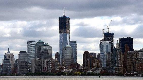 Ainda não terminada, a torre do novo World Trade Center - construída para substituir as antigasTorres Gêmeasapós os ataques terroristas de 11 de setembro de 2001 - se tornará nesta segunda-feira a estrutura mais alta de Nova York, superando os 381 metros do deck de observação do Empire State Building, construído em 1930.