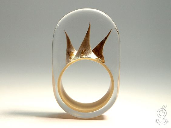 Rose thorn – an unique rose thorn ring with three real light brown rose thorns on a beige ring in made of resin  ///// © Isabell Kiefhaber www.geschmeideunterteck.de