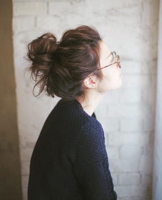 Ideas desordenadas del peinado para que las muchachas tengan una actitud fresca despreocupada