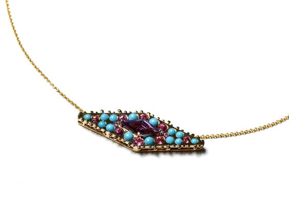 Collier MANDALA améthyste Fabriqué dans nos ateliers, ce collier en or jaune 14 carats est serti d'une améthyste taillée sur mesure, de saphirs roses et de turquoises naturelles.