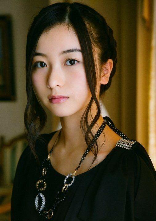 髪をまとめた佐々木琴子