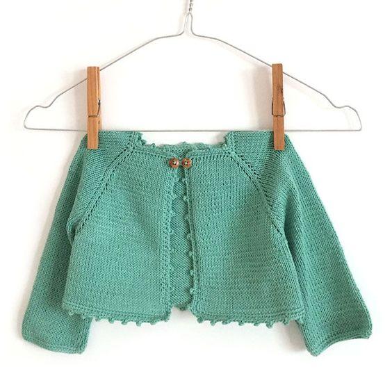 ¡No te podrás resistir a tejer esta rebeca de bebé! Tutorial paso a paso con patrón incluido para tejer una rebeca de bebé de punto.