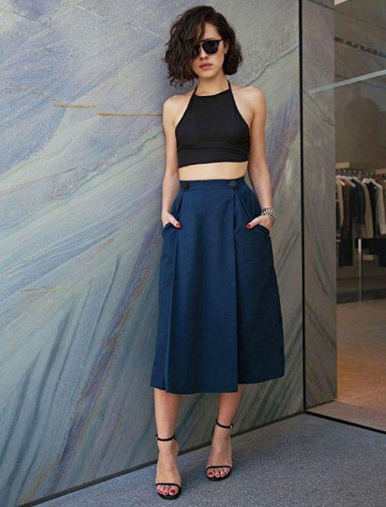 Busca inspiração para usar um cropped top? Esse look com saia midi azul, cropped preto e sandálias de tirinhas é sofisticado e fashion.: