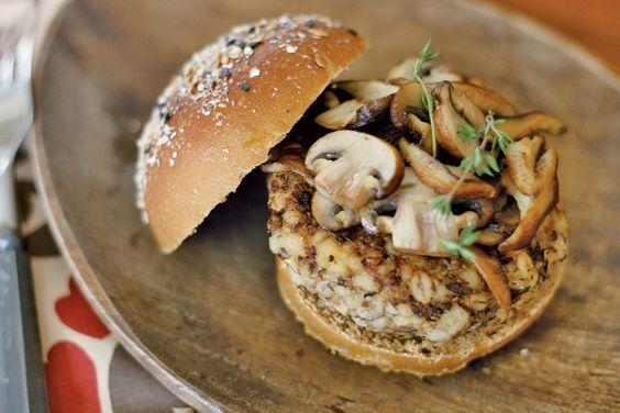1 batata pequena sem casca cortada em pedaços de 1 cm 6 cogumelos portobello médios 12 champignons graúdos 10 cogumelos shitake médios 3 colheres (sopa) de azeite de oliva ½ colher (chá) de tomilho seco 2 colheres (sopa) de vinagre balsâmico 1 xícara de cevada cozida ½ colher (chá) de sal ¼ de colher (chá) de pimenta-do-reino moída na hora  1. Cozinhe a batata até ficar macia e amasse a seguir.  2. Corte os talos dos portobello, limpe os chapéus com uma escova macia ou papel-toalha e corte…