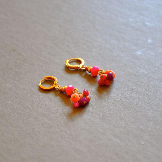 """Boucles d'oreilles fantaisies pierres fines roses sur dormeuses dorées : Modèle """"Celestine"""" : Boucles d'oreille par kanakeis"""