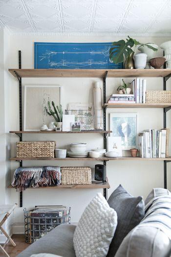 ゆったりと過ごしたいリビング。ごちゃごちゃと物を置くと落ち着かないので、大きめのかごにまとめて収納しましょう。 スクエア型のかごは、棚に並べておくのに最適な形です。本などと並べてもきっちりと収まりますね。こまごまとしたものをすっきり収納してしまいましょう。