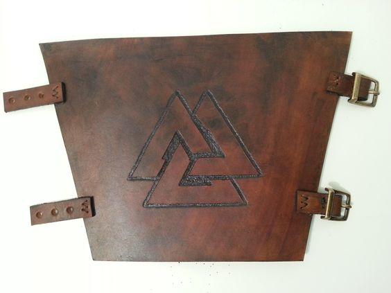 Bracelete feito em couro, com marcação feita a mão e fechamento fivelas