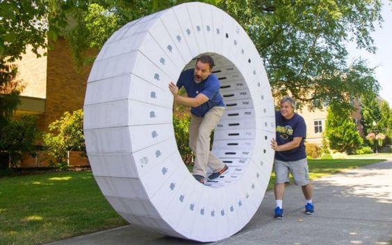 Si juntas 36 cajas de iMacs obtendrás una rueda como esta