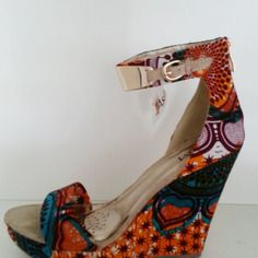 Sandales compensées customisées - Retrouvez toutes les sélections Best-Of de CéWax sur le blog:https://cewax.wordpress.com/  Chaussure ethnique tissus africains, Ankara, african fashion prints pattern fabrics, wax, superwax, kente, kitenge, kanga, bogolan, pagne, mud cloth, woodin…