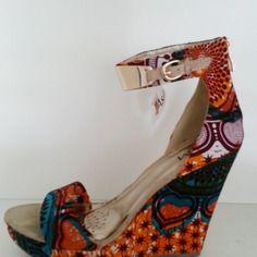Sandales compensées customisées - Retrouvez toutes les sélections Best-Of de CéWax sur le blog:https://cewax.wordpress.com/  Chaussure ethnique tissus africains, Ankara, african fashion prints pattern fabrics, wax, superwax, kente, kitenge, kanga, bogolan, pagne, mud cloth, woodin…