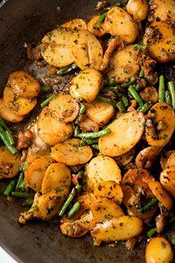 Poêlé de pommes de terre, bœuf, haricots verts et champignons