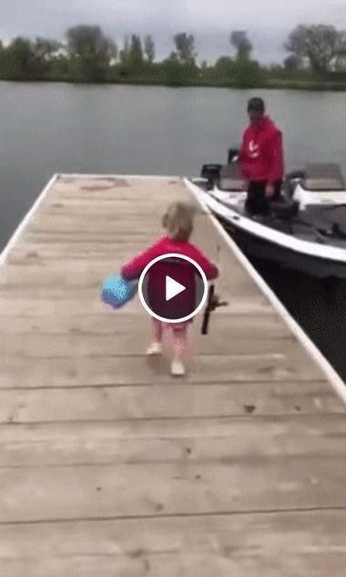 menininha resolve passear de barco com o pai