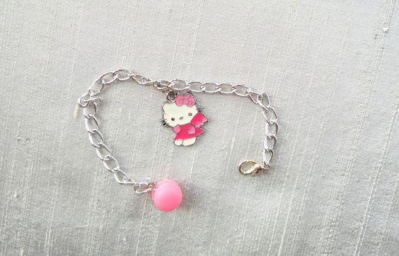 bracelet petite fille argenté et rose breloque hello kitty émail macaron rose : Bracelet par shabby-be-chat