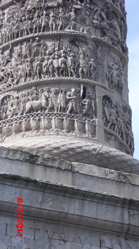 Coluna de Marco Aurélio na praça do Palácio Chigi - Roma - Itália