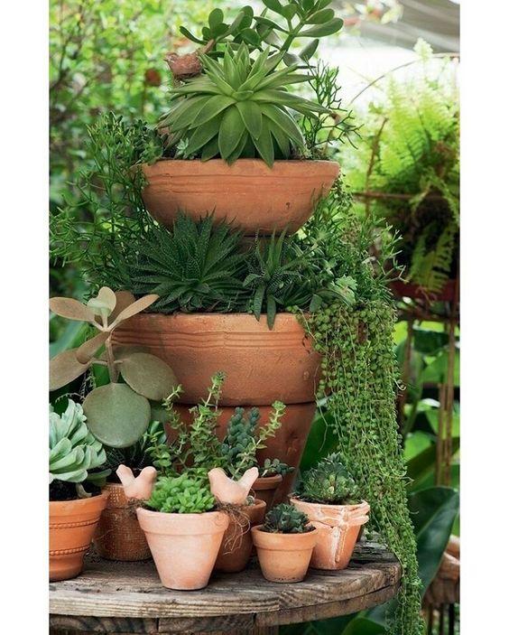 """""""Uma boa ideia para incrementar o jardim é brincar com a altura dos #vasos, como fez a artesã Claudia Regina, da La Calle Florida. Uma maneira fácil e…"""""""