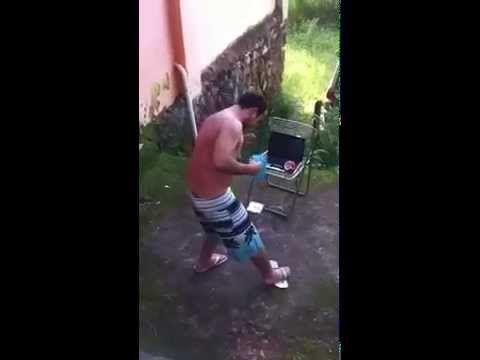 Bêbado tentando colocar chinelo - YouTube