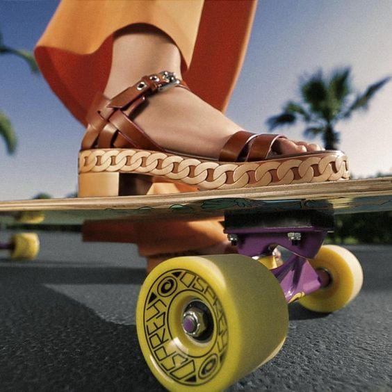 So Seventies: Coole Riemen-Sandalen aus Kalbsleder mit Kautschuksohlen in Holzoptik – auf echten Holzclogs ließe es sich schließlich nicht ganz so gut Skateboard fahren