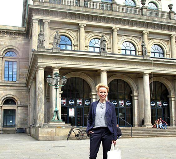Centermanagerin Catharina Schubert vor der Oper Hannover. Sie hat Ballet Revolución in der Staatsoper Hannover besucht. Kubanische Lebensfreude, unglaubliche Tanztalente.  #balletrevolución #hannover #operhannover #kuba #hlm