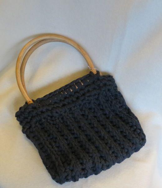 kleine schwarze tasche mit bambusgriff von handarbeitszauber auf h keln pinterest. Black Bedroom Furniture Sets. Home Design Ideas