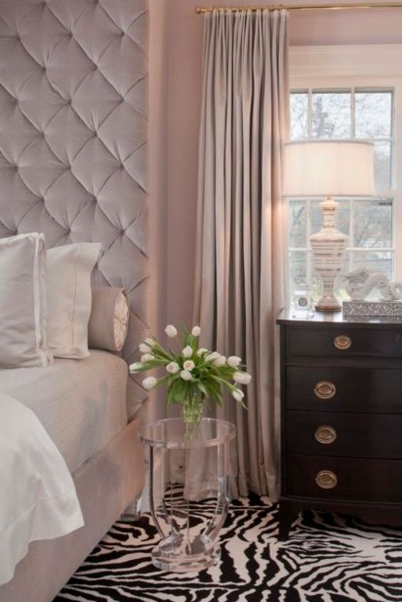 chambre taupe, rideaux rose poudré et tapis en motif de zèbre