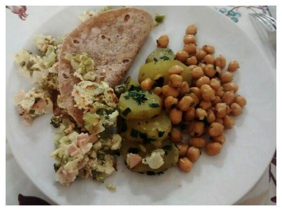 Almoço ideal: panqueca integral, recheio de brócolis, duas fatias de peito de peru, 1/2 colher de requeijão light. Grão de bico e batata doce a dorê.