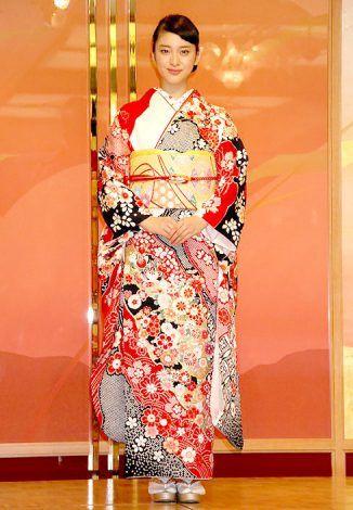 花柄の振袖を着た武井咲