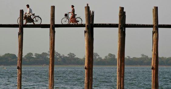 Com cerca de 1,2 quilômetro de comprimento, ponte atravessa o Lago Taungthaman, em Amarapura, Mianmar, considerada a mais longa e antiga ponte de madeira do mundo.  Fotografia: Greg Davis/National Geographic Creative.