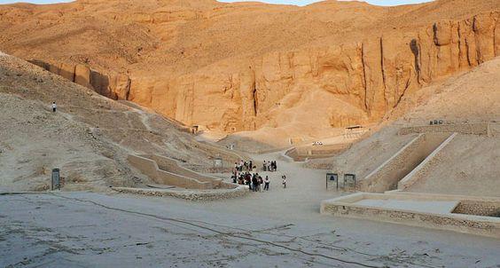 Ägypt. Antikenminister: Weitere Radaruntersuchung im Tutanchamun-Grabe . . . http://www.grenzwissenschaft-aktuell.de/antikenminister-weitere-radaruntersuchung-tutanchamun20160327 . . . Abb:Alberto-g-rovi, CC BY-SA 3.0