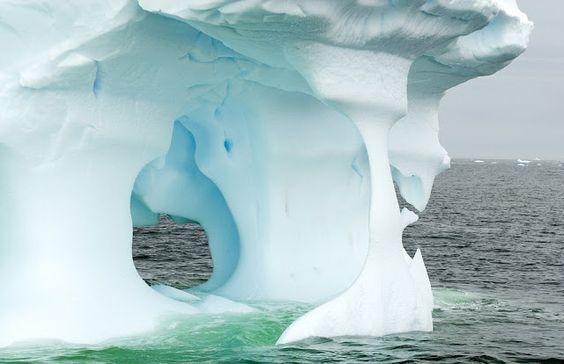Esculturas de hielo creadas por la naturaleza La erosión en los icebergs atrapados en la costa antártica produce estas maravillosas esculturas naturales.  Los fuertes vientos y corrientes marinas crean estas caprichosas formas.  Las instantáneas son obra del fotógrafo Steven Kazlowski y las realizó durante un viaje de cuatro meses cuyo fin era retratar la fauna local.