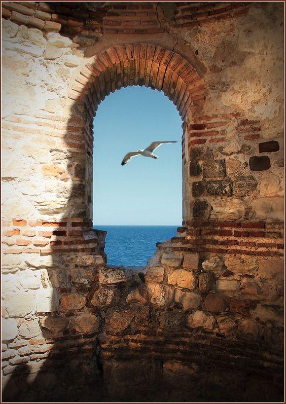 Nessebar est une cité historique de la Bulgarie, de population grecque de l'Antiquité à 1923, juchée sur une presqu'île rocheuse s'avançant en mer Noire.