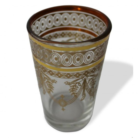 Am Rande der Medina haben wir eine Gasse gefunden, in der ausschließlich Teegläser verkauft werden. Hier haben wir einen Stand gefunden, der sich auch hochwertige Gläser spezialisiert hat. Teegläser mit originalem Glasschliff oder gefrosteter Oberfläche und Teegläser mit Brandglasur. [4,00€]