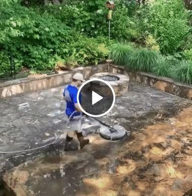 Homem auxiliando na limpeza