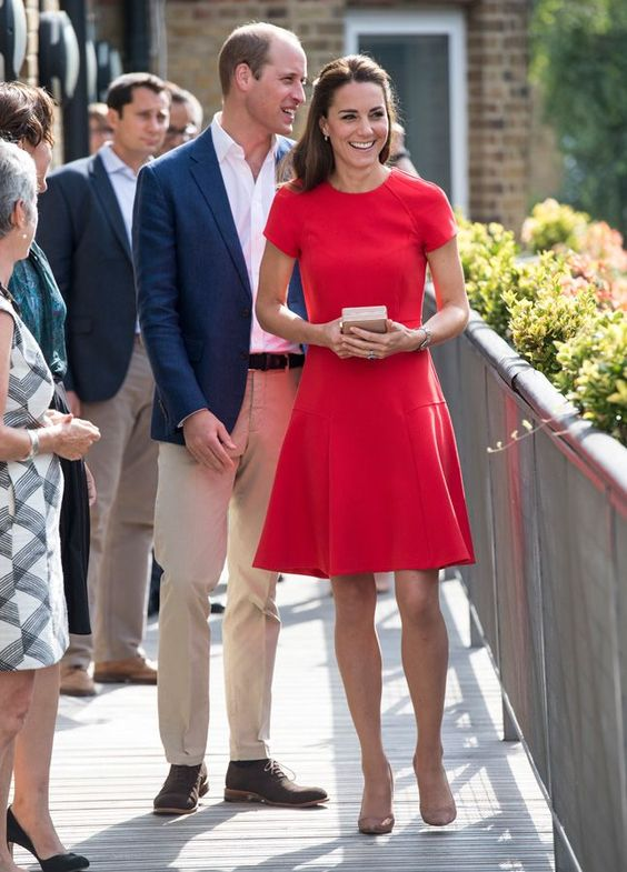<p>Kate Middleton con vestido rojo junto al Príncipe Guillermo.</p>