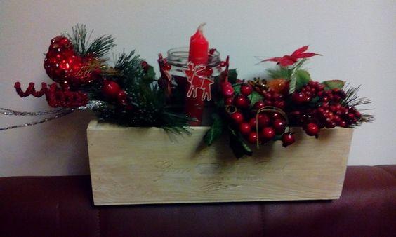 Centro de mesa com caixa de garrafa pintada,frasco e ramos artificiais com frutas e folhas.O cojunto tem também um pássaro e borboleta.