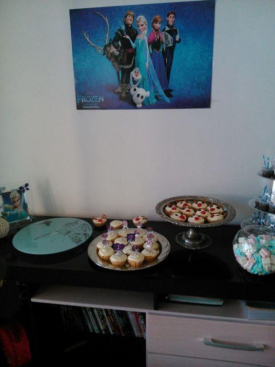 Mesa de doces, com cupcakes do Sven, marshmallows, brigadeiro de copinho...hummm