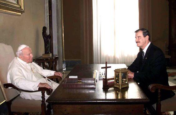 Visita a la Santa Sede 18 de octubre de 2001. El Presidente Vicente Fox Quesada sostuvo un encuentro con Su Santidad Juan Pablo II, en la ciudad del Vaticano.