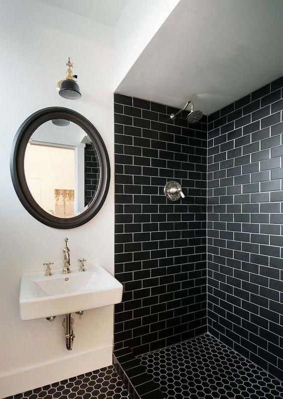 carrelage métro noir et peinture murale blanche dans la salle de bains