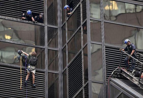"""NUEVA YORK (AP) — Un hombre que decía ser un investigador y quería """"una audiencia privada"""" con Donald Trump pasó tres horas escalando la fachada de vidrio de la Torre Trump, en Nueva York, empleando ventosas especiales hasta que varios policías lo atraparon y pusieron a salvo a través de ventana"""
