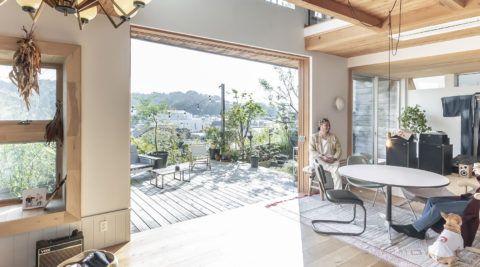 鎌倉の景観に溶け込む緑の中に静かに佇む和を再構築した黒い箱 2020