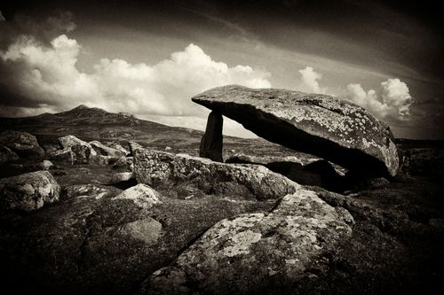 This is one of the many neolithic burial chambers that can be found in the Welsh countryside…  Coetan Arthur (via zenith9)