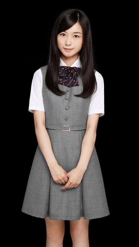 制服姿の佐々木琴子
