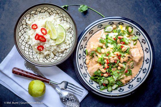 {LCHF-Rezept} Hühnchen oder Tofu in pikanter Erdnusssoße mit grünem Knack-Topping und Kokos-Limetten-Cauli-Reis