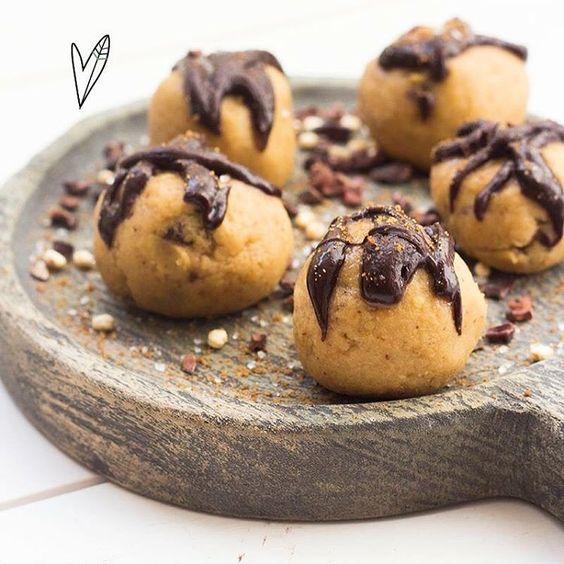 Snoep(te) jij ook altijd van het koekjesdeeg als je koekjes bakt? 🙈😊 Wanneer je deze balletjes eet voelt het net of je snoept van koekjesdeeg, maar dan een stuk gezonder! Ze zijn perfect om je zoete trek te stillen! Recept te vinden in ons online magazine 💛  #whatveganseat #vegan #easy #thegreenhappiness #coockiedough #healthy #yum